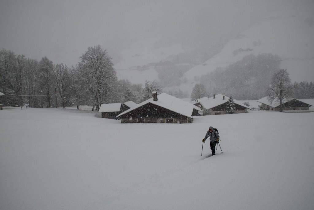 Le hameau des Granges en arroère plan, un départ neigeux comme on les aime