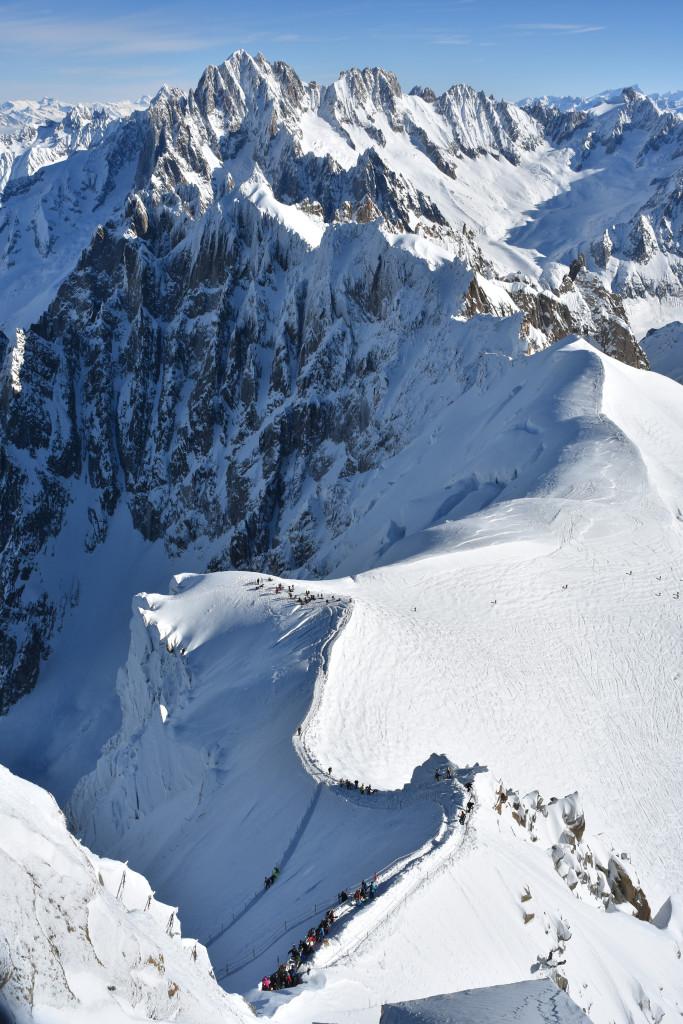 jour d'affluence à la descente de l'arête de l'Aiguille du Midi